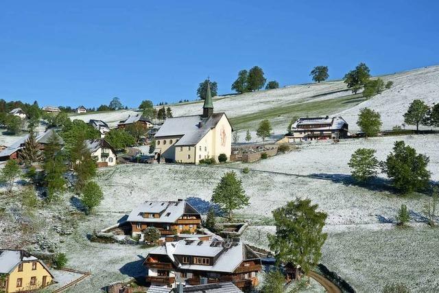 Mitten im Mai ist Hofsgrund von Schnee bestäubt