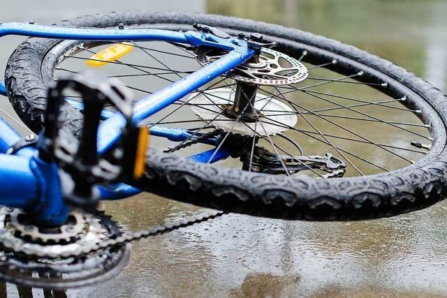 17-jährige Radfahrerin kollidiert mit Auto in Freiburg-St. Georgen
