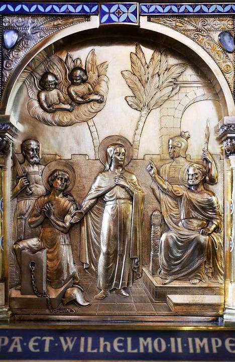 Die Darstellung der Heiligen Corona auf dem Schrein im Dommuseum in Aachen.  | Foto: Oliver Berg (dpa)