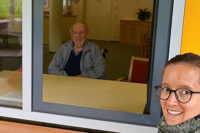 Wie ist es eigentlich, seinen Opa am Fenster im Seniorenheim zu besuchen?