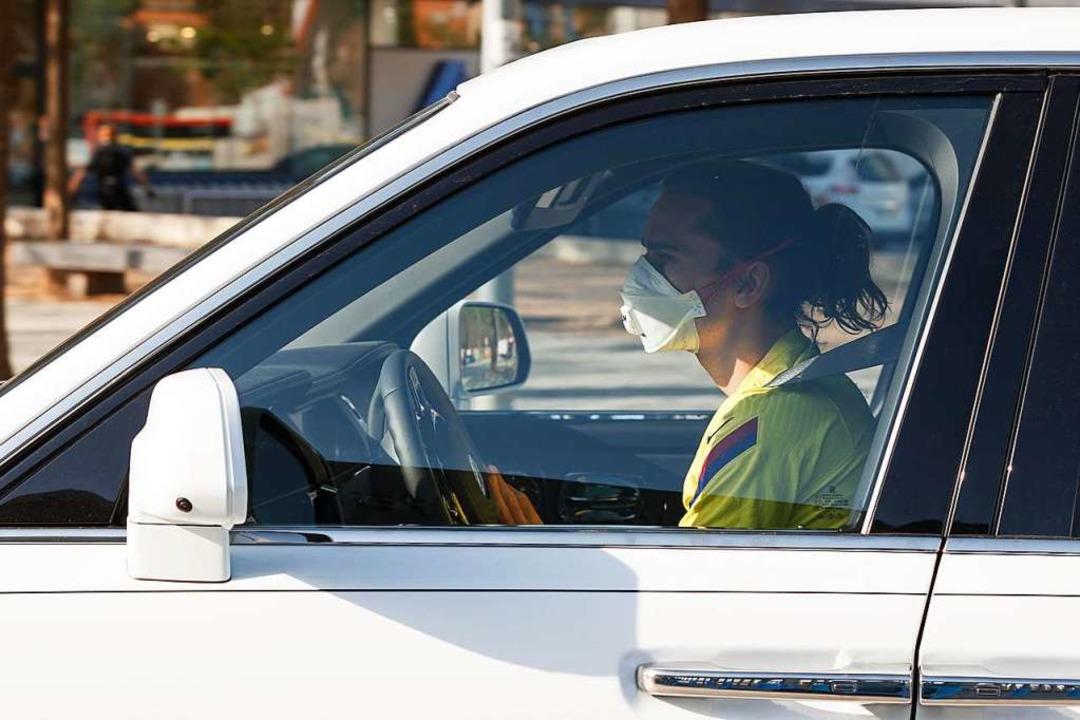 Der Fußballer Antoine Griezmann von FC... kommt mit Maske im Auto zum Training.  | Foto: Dax Images (dpa)