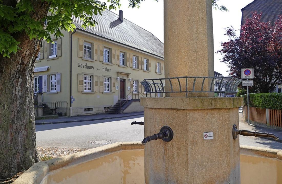 Auch dieser Brunnen beim Anker in Kirchen wird bald wieder laufen.  | Foto: Victoria Langelott