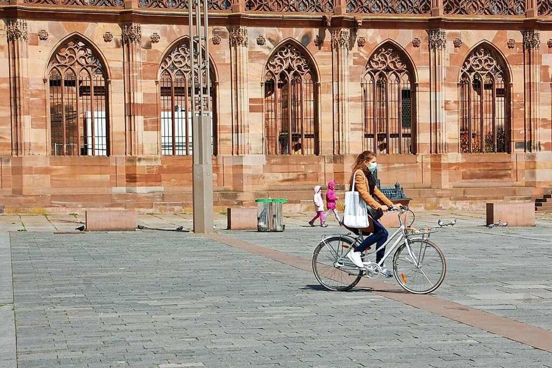 Eine Radfahrerin überquert den Platz am Straßburger Münster.  | Foto: Bärbel Nückles