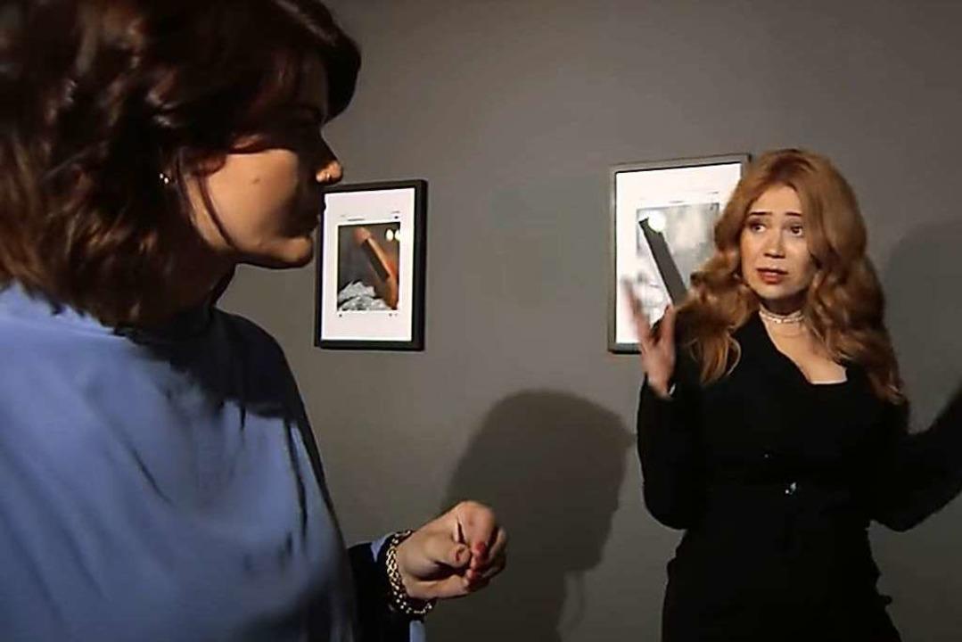 Palina Rojinski (rechts) zeigt Sophie ...rt von Männern geschickt bekommen hat.  | Foto:  (dpa)
