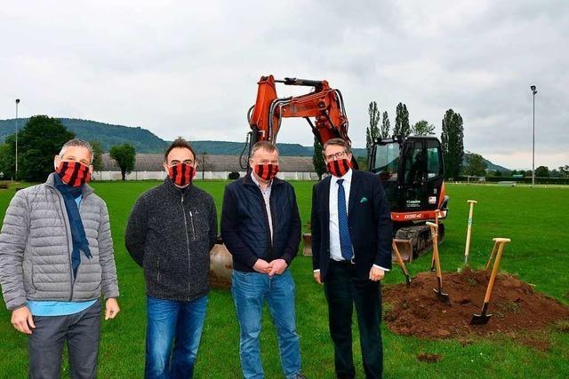 Bald kann der Fußball auf dem Kunstrasenplatz in Grenzach-Wyhlen rollen