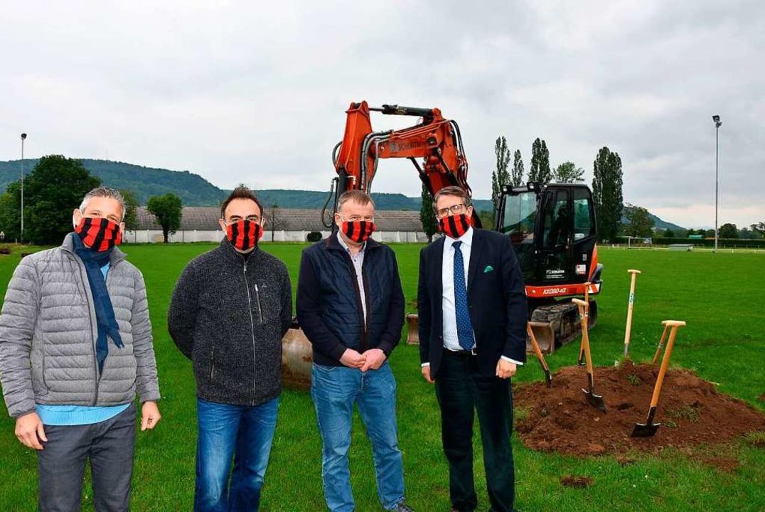 Spatenstich mit Mundschutz (von links)...Weber, Bernd Kemper sowie Tobias Benz.  | Foto: Heinz und Monika Vollmar