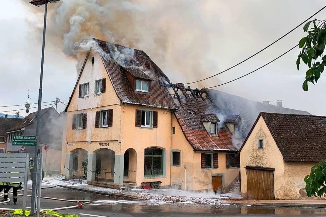Hölzerne Zwischendecken des Hauses wurden geöffnet und abgelöscht.  | Foto: Feuerwehr Ehrenkirchen