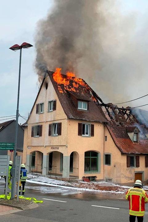 Der Dachstuhl der ehemaligen Mangelstube stand am Freitagmorgen in Flammen.  | Foto: Feuerwehr Ehrenkirchen