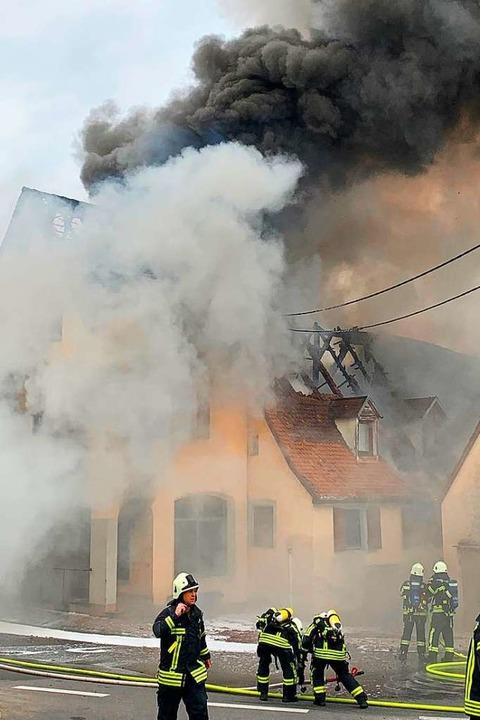 Die Feuerwehr verhinderte ein Überspringen des Brandes auf Nachbargebäude.  | Foto: Feuerwehr Ehrenkirchen