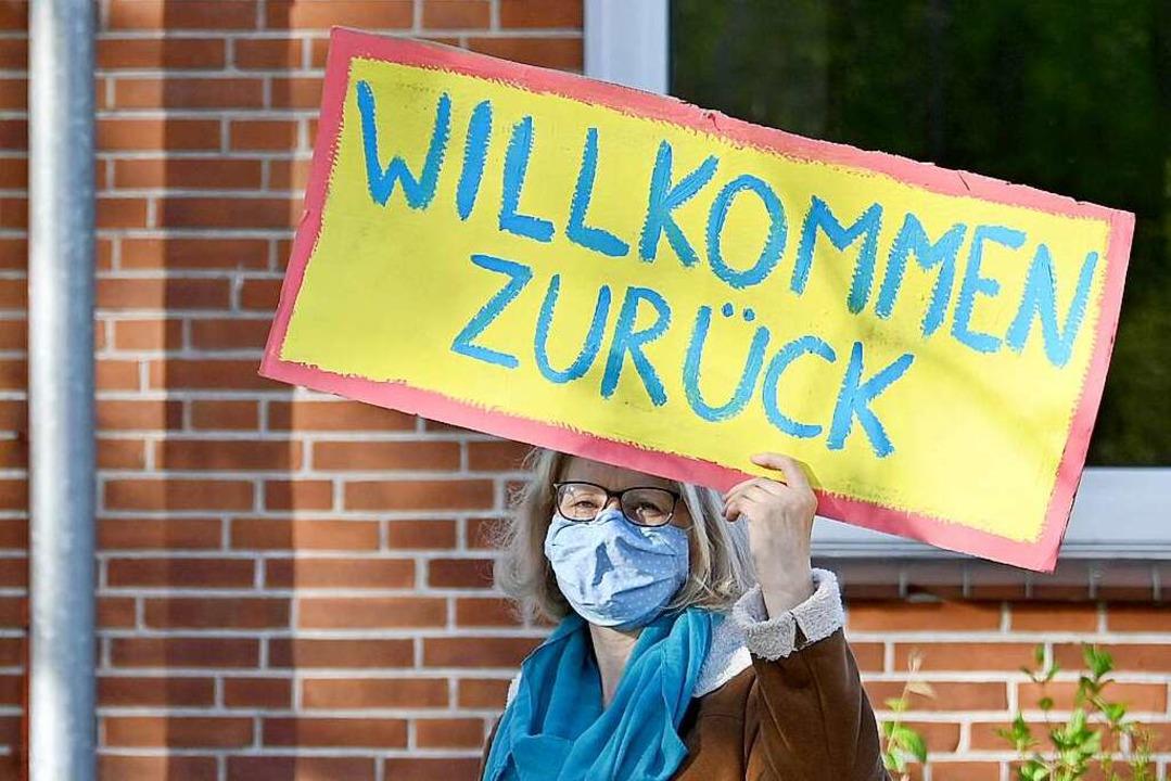 Willkommen zurück, so hieß es vor zwei...r wieder in ihre Klassenzimmer zurück.  | Foto: Carsten Rehder (dpa)