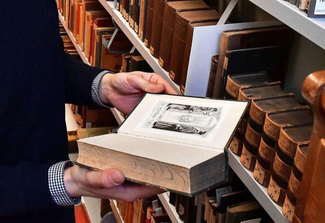 Ein Historiker muss viel lesen, beispi...nau in der Vergangenheit passiert ist.  | Foto: Martin Schutt (dpa)