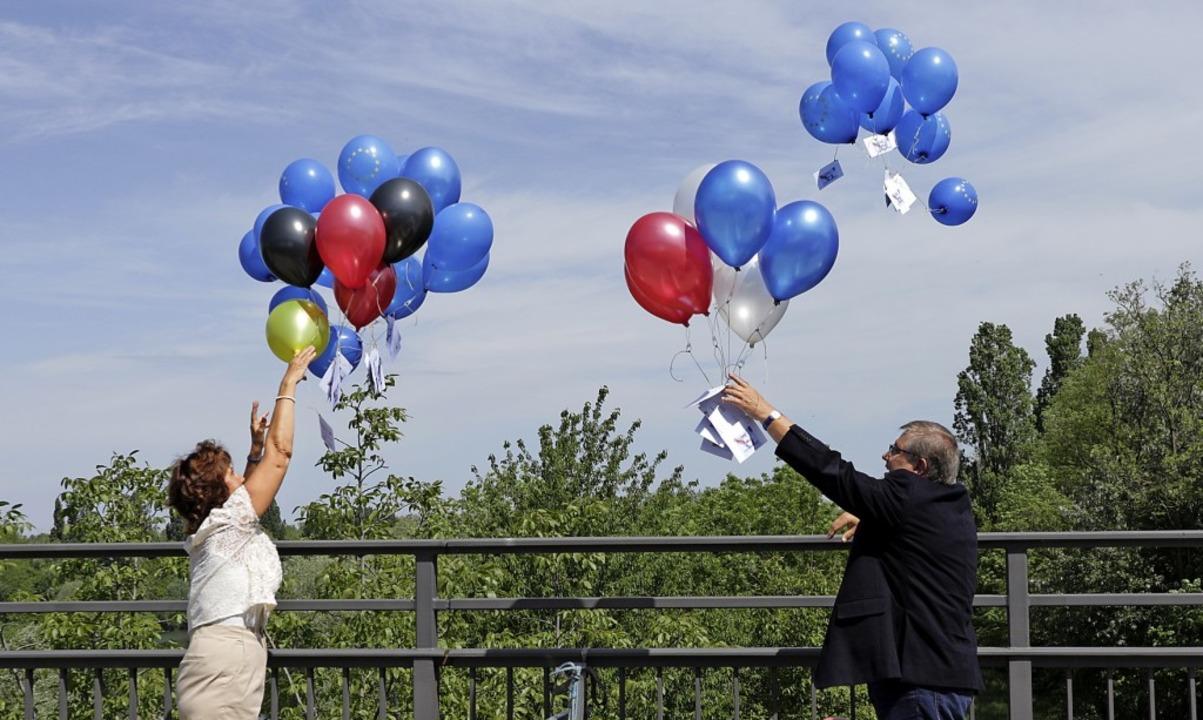 Zeichen der grenzüberschreitenden Verb...n auf der Rheinbrücke Ballons steigen.  | Foto: Alexander Huber