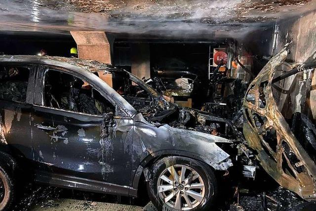Mehr als 20 Autos bei einem Brand in einer Tiefgarage in Eiken beschädigt