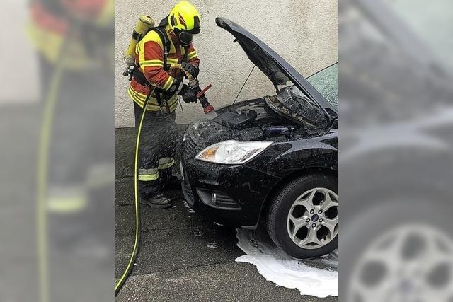 Feuerwehr löscht brennendes Auto