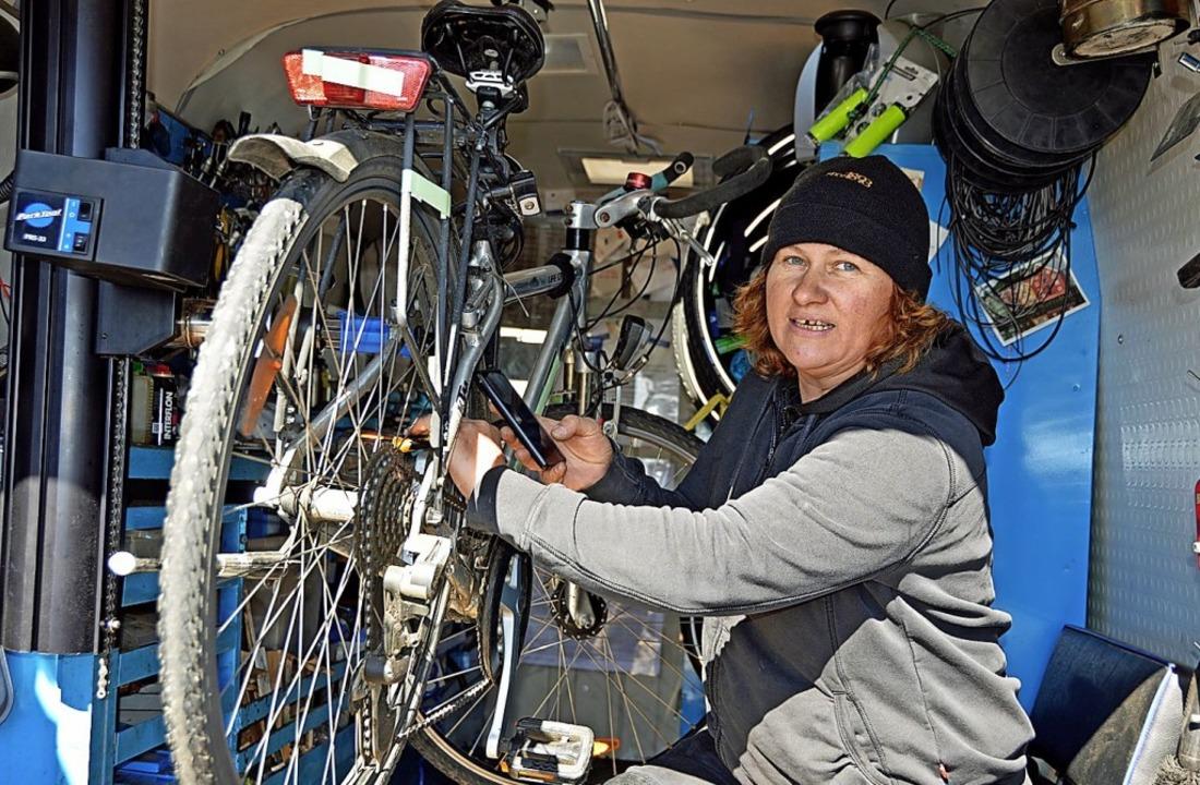 Tanja Knöfel bei der Inspektion eines Fahrrads   | Foto: Gerhard Lück