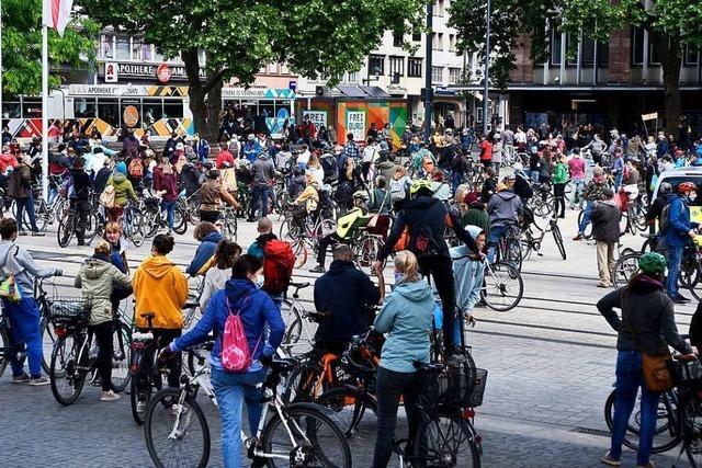 1400 Radlerinnen und Radler demonstrierten in Freiburg für die Verkehrswende