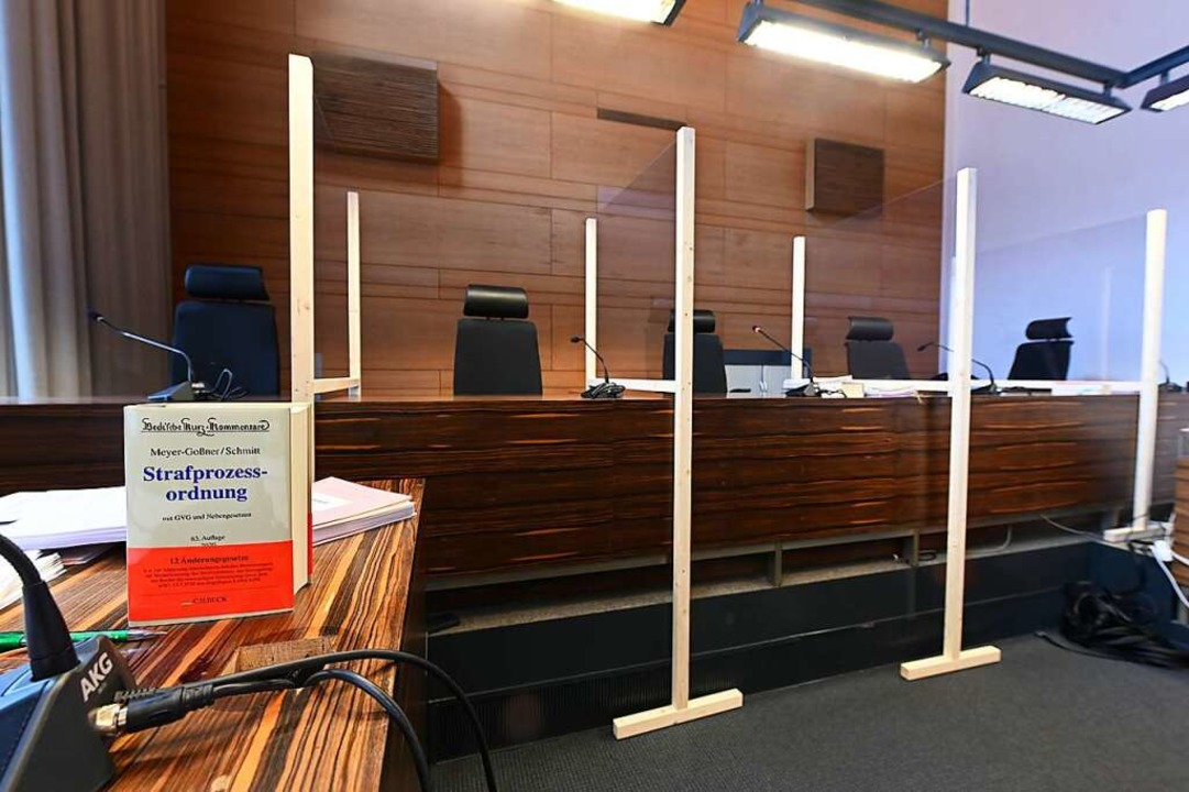 Plexiglasscheiben trennen die Mitglied...wurgerichts im Freiburger Landgericht.  | Foto: Jonas Hirt