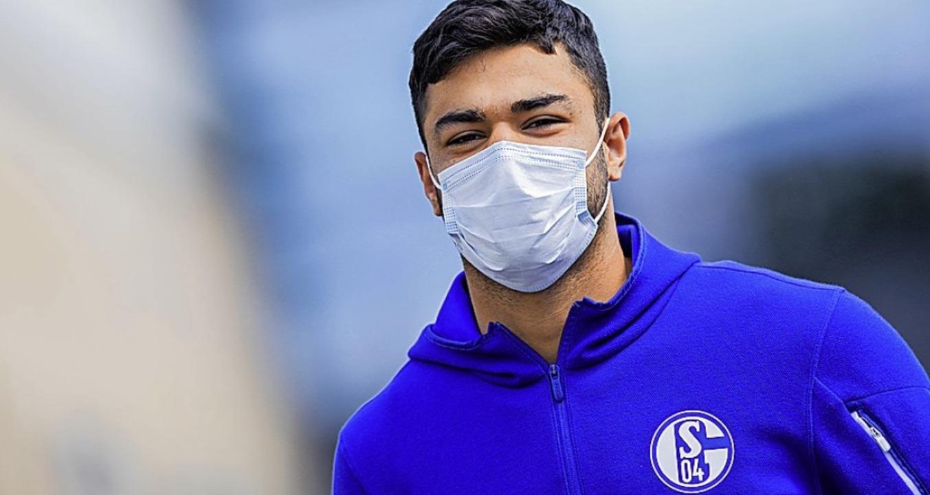 Auch Spieler mit Maske (hier der Schal...#8211; allerdings nicht auf dem Platz.  | Foto: Rolf Vennenbernd (dpa)