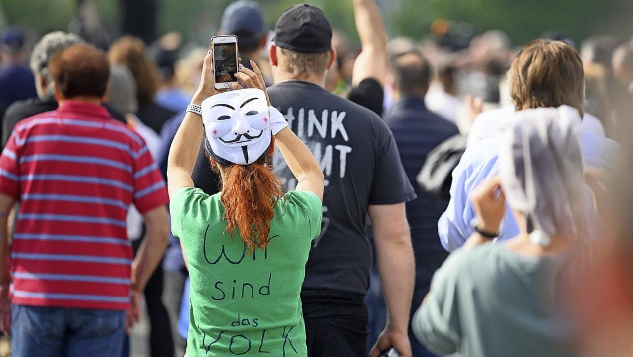 Demonstranten auf dem  Cannstatter Wasen in Stuttgart     Foto: Sebastian Gollnow (dpa)
