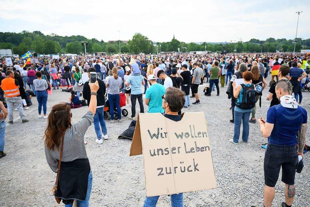 So wie hier am 9. Mai haben sich auch ...Demonstranten in Stuttgart versammelt.  | Foto: Sebastian Gollnow (dpa)