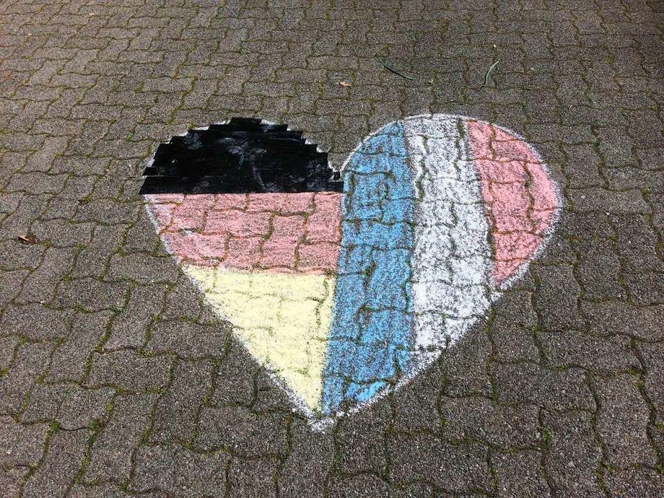 Kreidezeichnung vor dem Deutsch-Französischen Gymnasium in Freiburg  | Foto: Bärbel Lampe