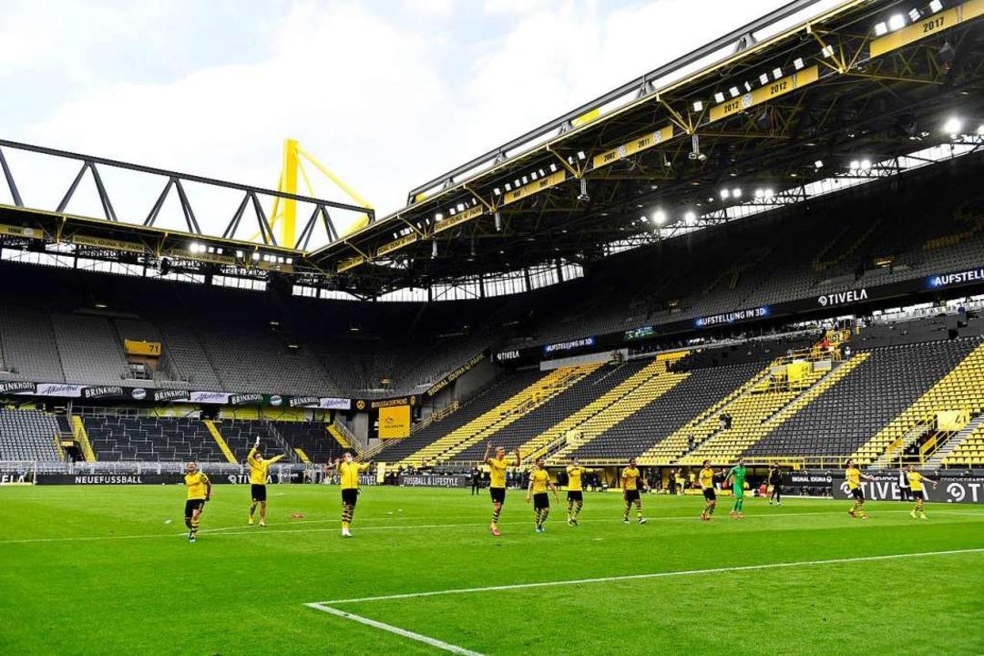 "Dortmunds Spieler ""bedankten"" sich bei den nicht anwesenden Fans.  | Foto: Martin Meissner (dpa)"