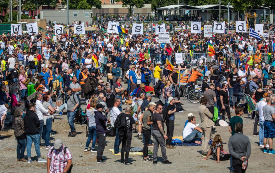 Erneut Tausende bei Demo gegen Corona-Regeln in Stuttgart  | Foto: Christoph Schmidt (dpa)