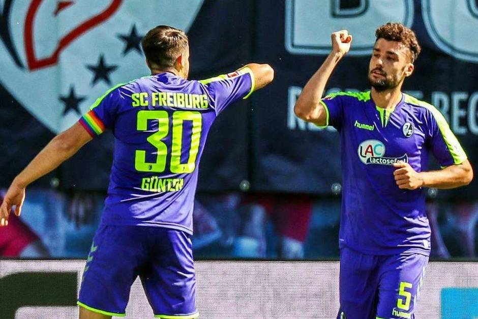 Nach Vorschrift: Die Freiburger Manuel Gulde und  Christian Günter klatschen sich nach dem 1:0 mit den Ellenbogen ab. (Foto: Jan Woitas (dpa))