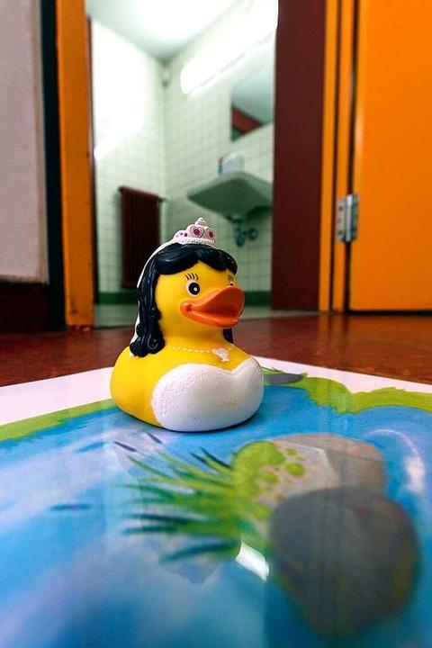 Die Ente vor den Toiletten zeigt, ob eine Toilette besetzt ist oder nicht.  | Foto: Thomas Kunz