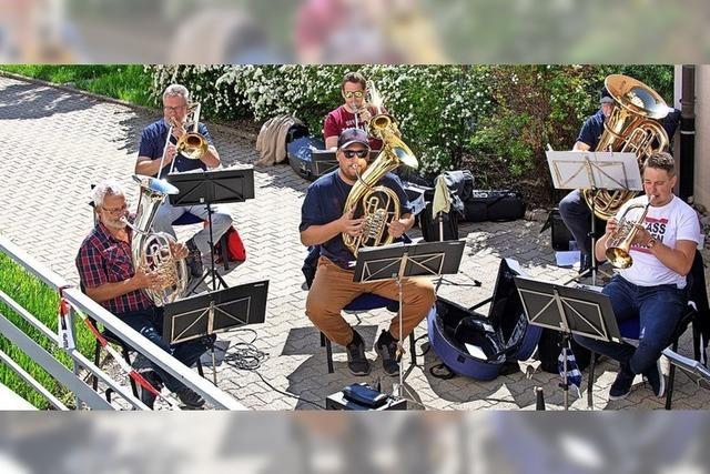 Musiker geben Überraschungskonzert für die Senioren im Altenheim