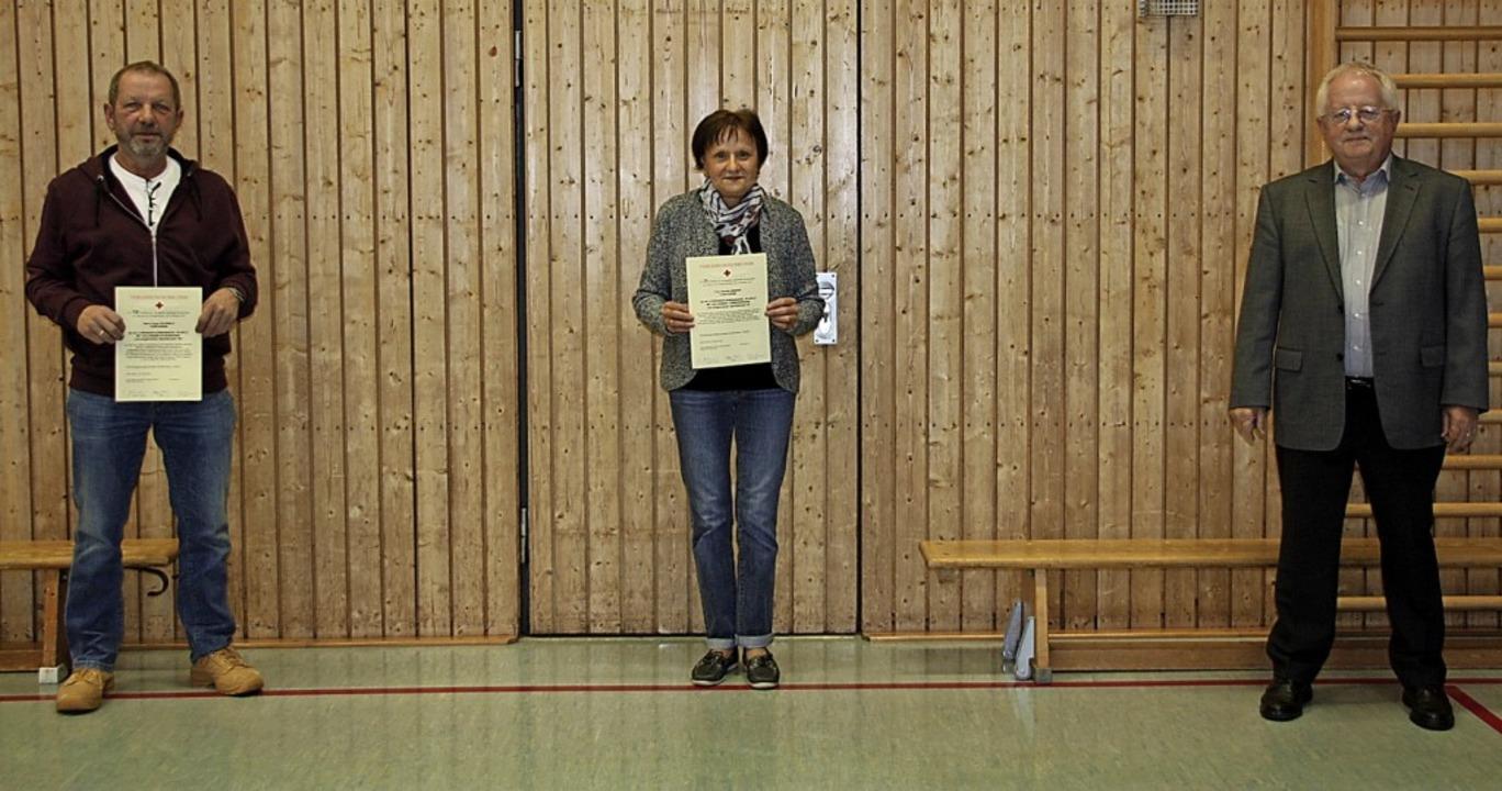 Ehrung mit Abstand: Bürgermeister Joha... Renate Binder für 25 Mal Blutspenden.  | Foto: Christiane Franz