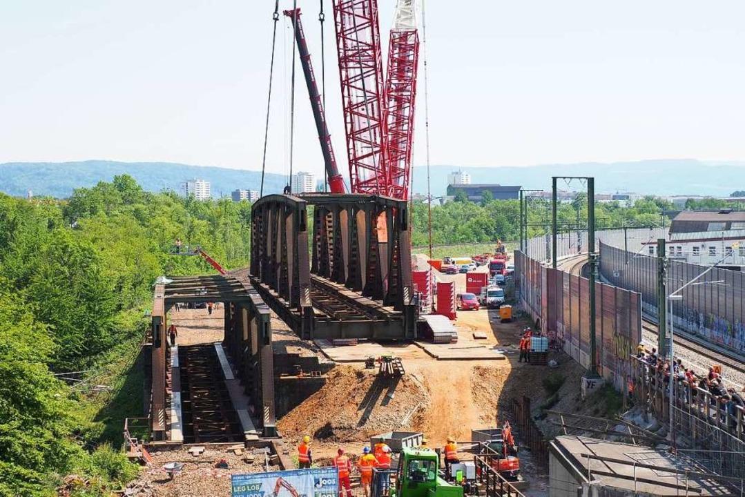 Endlich geschafft: Gegen 15 Uhr hing d...e der beiden Fachwerkbrücken am Haken.  | Foto: Herbert Frey