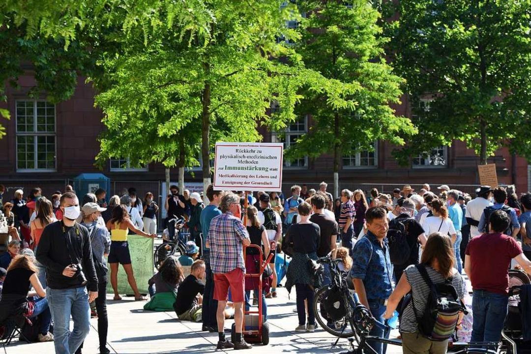 Protest gegen Corona-Regeln auch auf dem Platz der Alten Synagoge  | Foto: Rita Eggstein