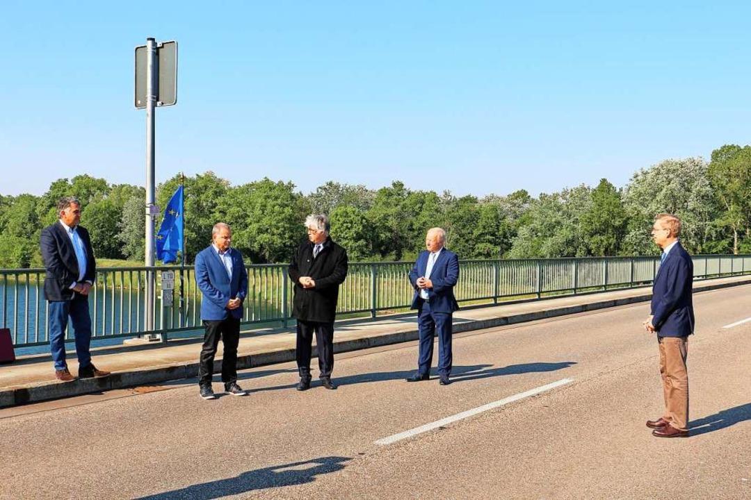 Europäische Begegnung auf der Rheinbrü...rat Hanno Hurth mit der Europaflagge.   | Foto: Ruth Seitz