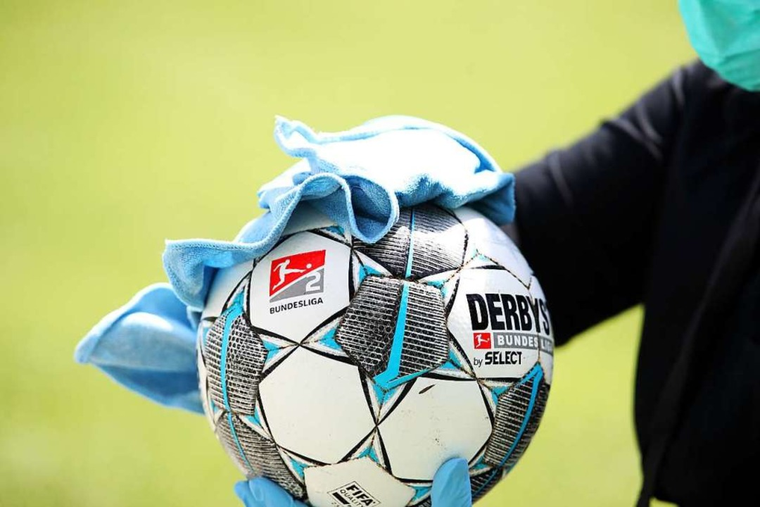 Glattpoliert-desinfizierter Fußball.  | Foto: Alexander Hassenstein (dpa)