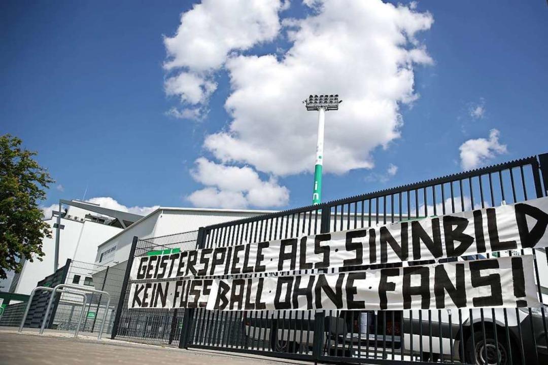 Ein Transparent mit der Aufschrift &qu...un des Fürther Sportparks  angebracht.  | Foto: Alexander Hassenstein (dpa)