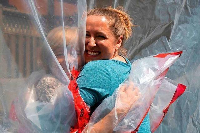 Kanadierin erfindet eine Art Plastik-Handschuh, um ihre Mutter zu umarmen