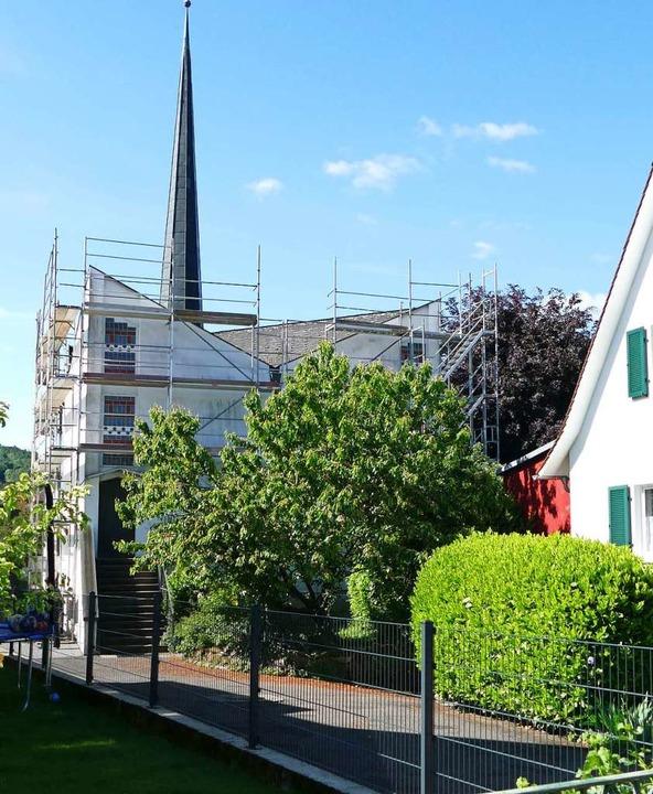 Da das Gerüst fürs Dach steht, bekommt die Fassade einen neuen Anstrich.    Foto: Martina David-Wenk