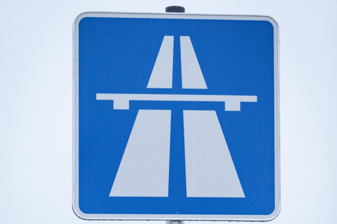 Trotz Mundschutz sollte Mann nicht nac... nicht auf die Autobahn. (Symbolfoto).  | Foto: Friso Gentsch