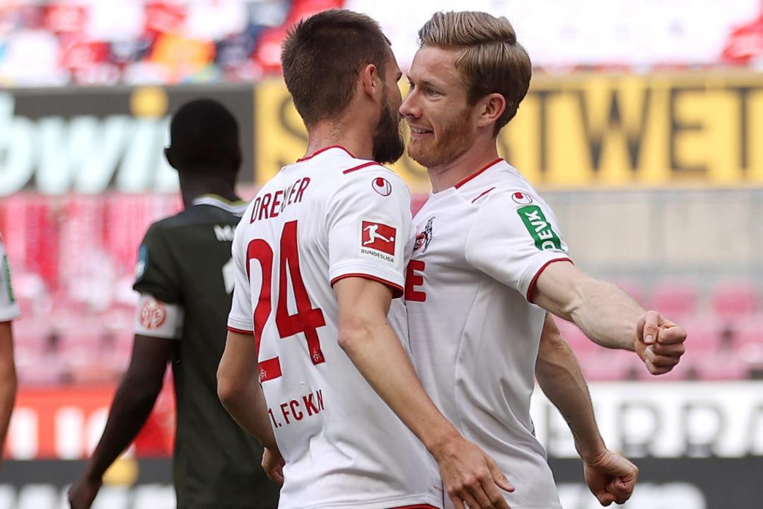 Kamen sich auch arg nah: Kölns Florian...sein Tor zum 2:0 mit Dominick Drexler.    Foto: Lars Baron (dpa)