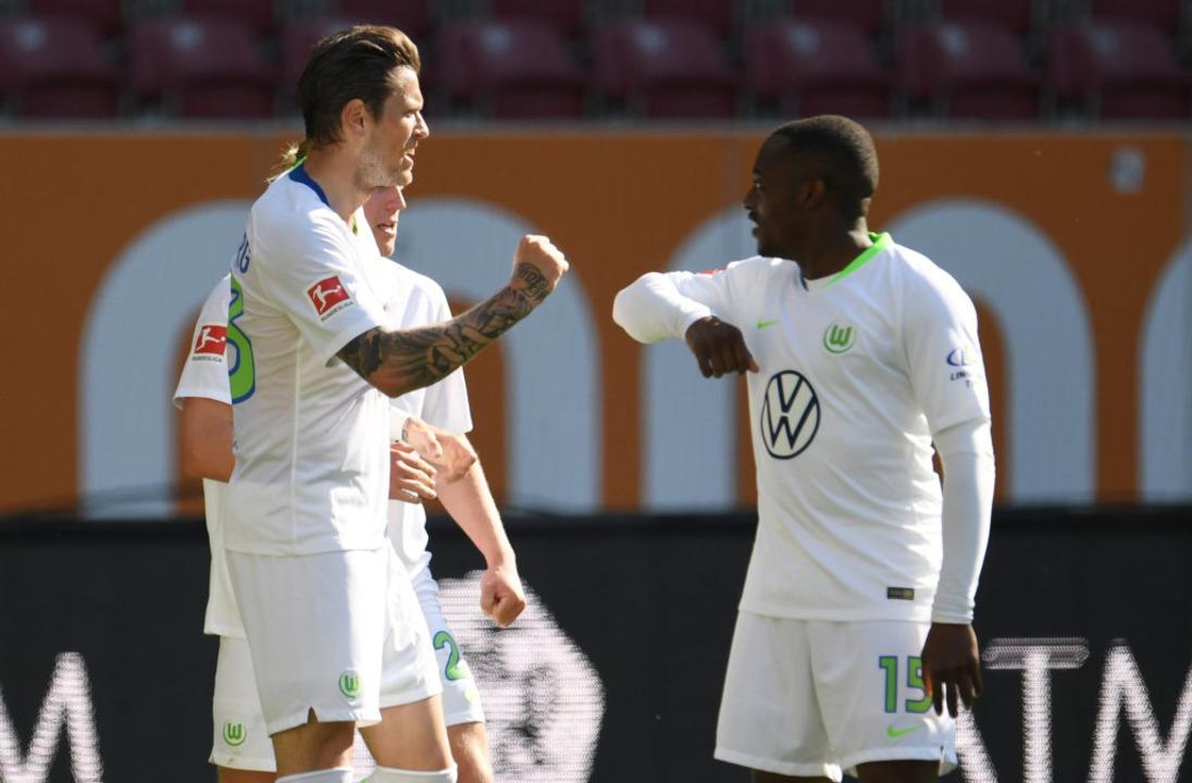 Ebenfalls vorbildlich: Wolfsburgs Dani... 1:2 mit Wolfsburgs Jerome Roussillon.    Foto: Tobias Hase (dpa)