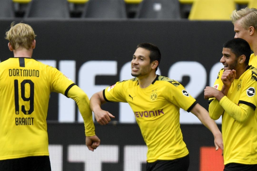 So sollen Fußballer in Zeiten von Coro... Dortmund jubelt mit Julian Brandt (l)    Foto: Martin Meissner (dpa)