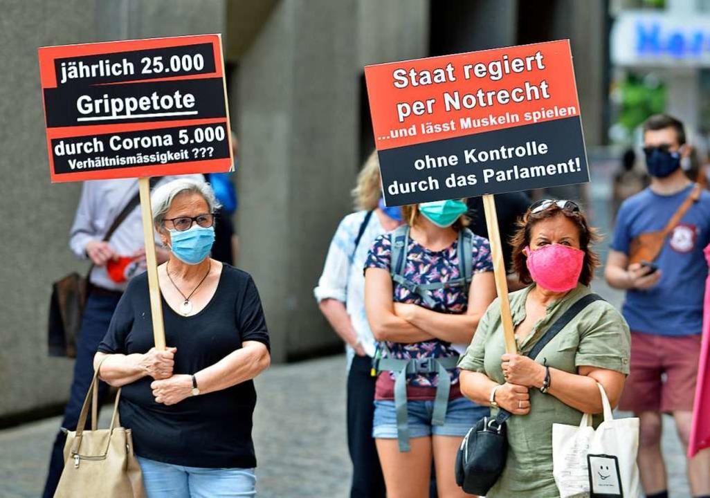 Protest mit Mundschutz und gewagten Ve...chen auf dem Münsterplatz in Freiburg.  | Foto: Michael Bamberger