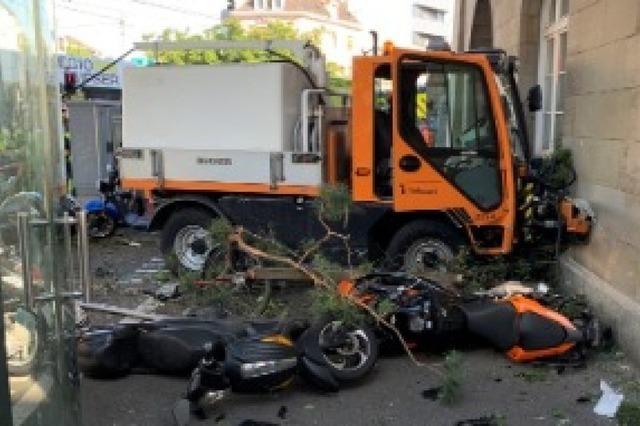 Reinigungsfahrzeug rammt in Basel mehr als 30 Autos, Fahrräder und Roller