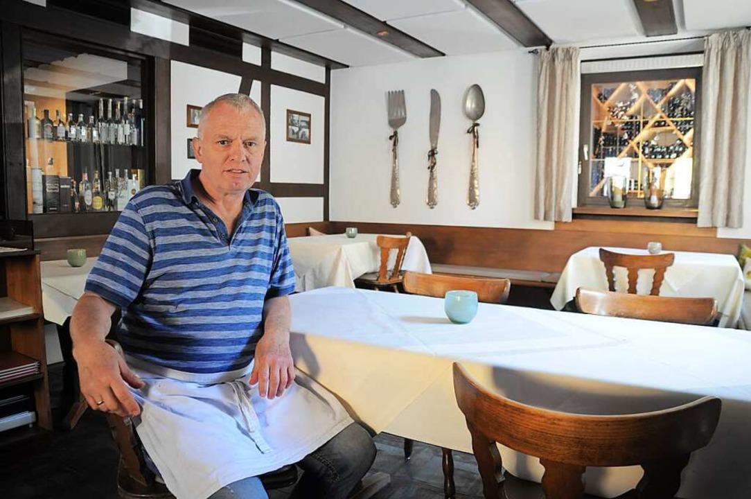 Hans Glöggler hat in seinem Restaurant...g. Zwischen den Tischen ist viel Raum.  | Foto: Nicolai Kapitz