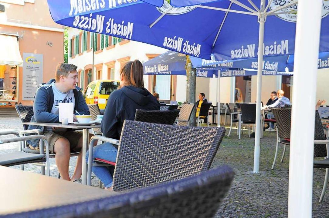 In den Cafés am Kronenbrunnen herrscht...ittag noch übersichtlich viel Betrieb.  | Foto: Nicolai Kapitz