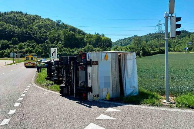 In Schweizer Rheinfelden ist ein Laster umgekippt