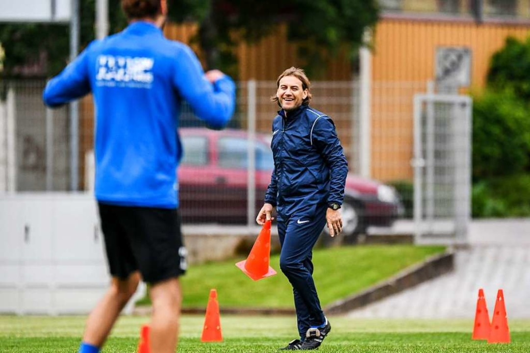 Spaß reingebracht: Weil-Coach Andreas Schepperle beim Trainings-Re-Start.  | Foto: Gerd Gruendl