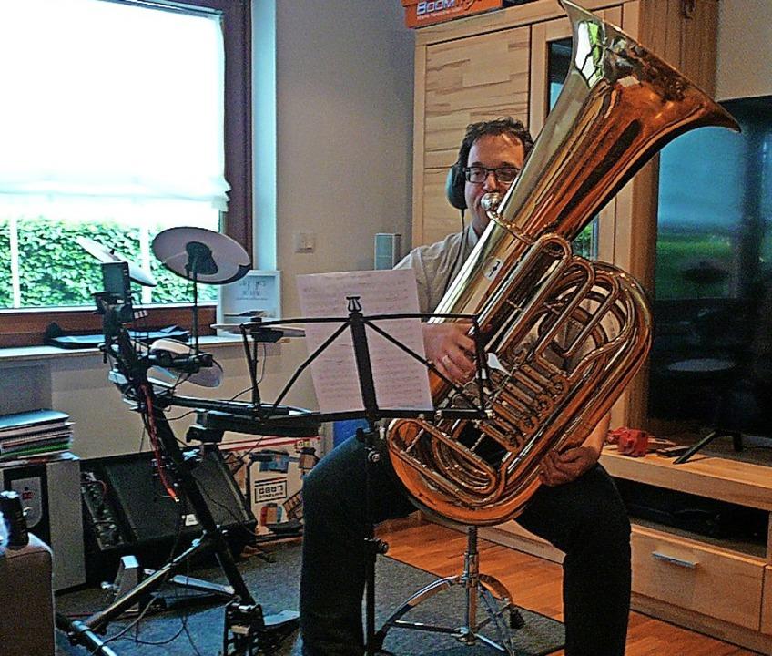 Benedikt Schwörer bei der Aufnahme der Tubastimme   | Foto: Nina Herrmann