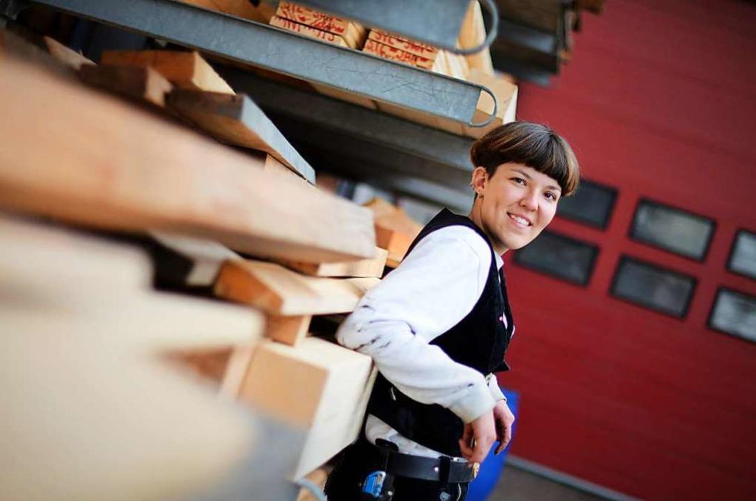 Eigentlich wollte Laura Guschker Archi...etzt baut sie Dächer und Holzfassaden.  | Foto: Kathrin Blum